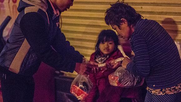 """Ấm lòng trong """"Đêm không ngủ"""" với người vô gia cư ảnh 8"""