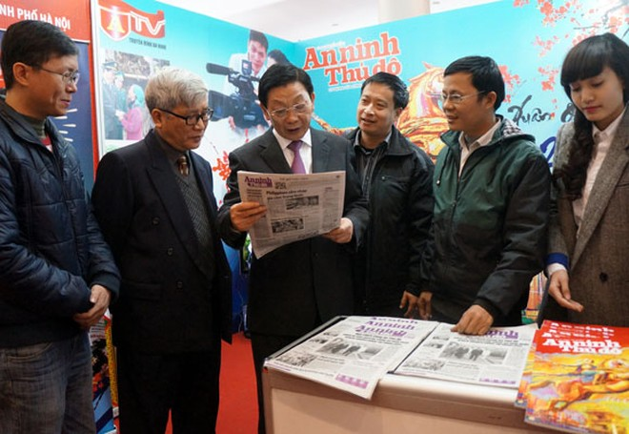 Chủ tịch UBND TP Hà Nội thăm và chúc mừng Hội Báo xuân 2014 ảnh 3