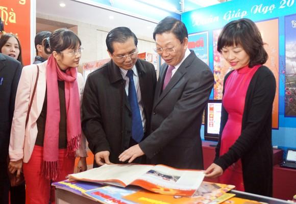 Chủ tịch UBND TP Hà Nội thăm và chúc mừng Hội Báo xuân 2014 ảnh 6