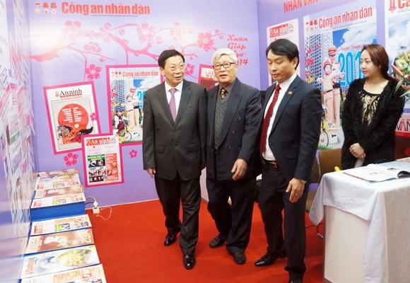 Chủ tịch UBND TP Hà Nội thăm và chúc mừng Hội Báo xuân 2014 ảnh 8