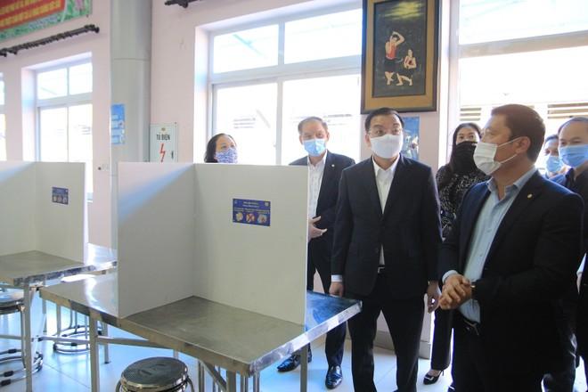 Chủ tịch Hà Nội kiểm tra công tác phòng chống Covid-19 tại nhà máy, bệnh viện ảnh 1