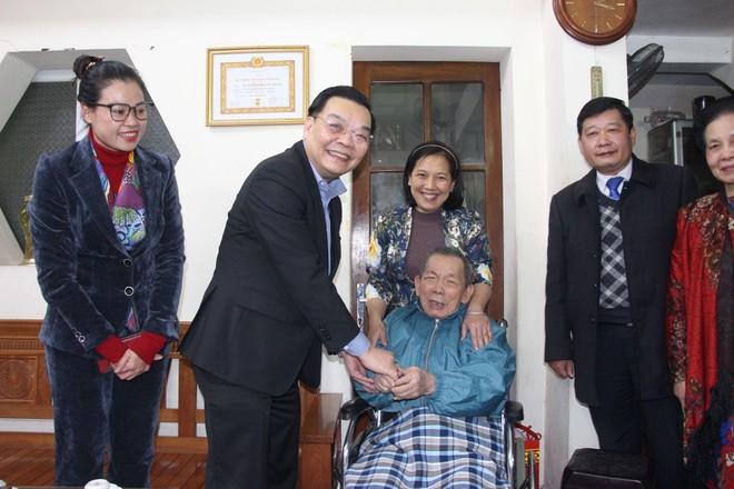 Chủ tịch UBND TP Hà Nội chúc Tết gia đình chính sách tiêu biểu tại quận Đống Đa ảnh 1