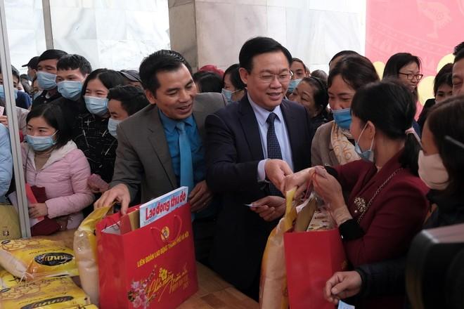 """Bí thư Thành ủy Vương Đình Huệ thăm hỏi, động viên công nhân dự chương trình """"Tết Sum vầy"""" ảnh 2"""