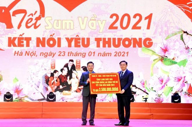 """Bí thư Thành ủy Vương Đình Huệ thăm hỏi, động viên công nhân dự chương trình """"Tết Sum vầy"""" ảnh 1"""