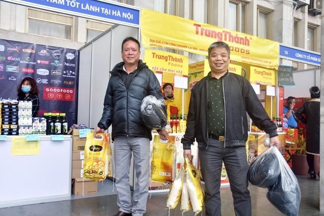 """Bí thư Thành ủy Vương Đình Huệ thăm hỏi, động viên công nhân dự chương trình """"Tết Sum vầy"""" ảnh 4"""