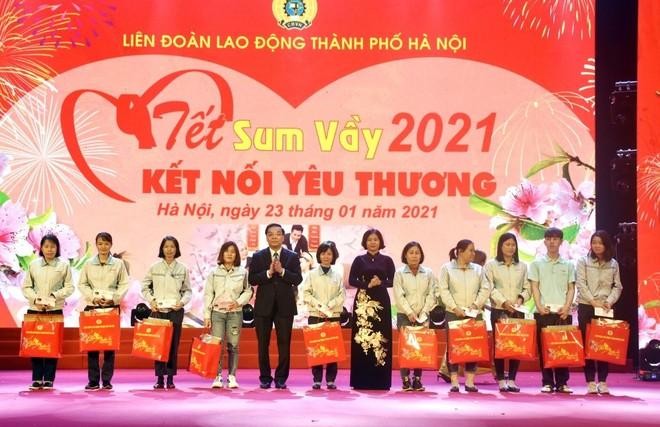 """Bí thư Thành ủy Vương Đình Huệ thăm hỏi, động viên công nhân dự chương trình """"Tết Sum vầy"""" ảnh 3"""