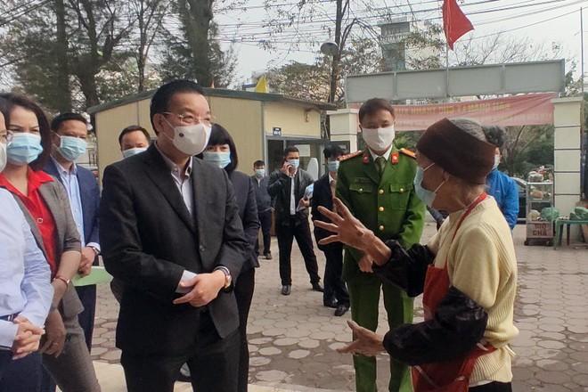 Video: Chủ tịch UBND TP Hà Nội kiểm tra công tác phòng chống Covid-19 ở chợ, trạm y tế... ảnh 2
