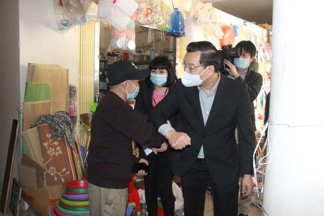 Video: Chủ tịch UBND TP Hà Nội kiểm tra công tác phòng chống Covid-19 ở chợ, trạm y tế... ảnh 1