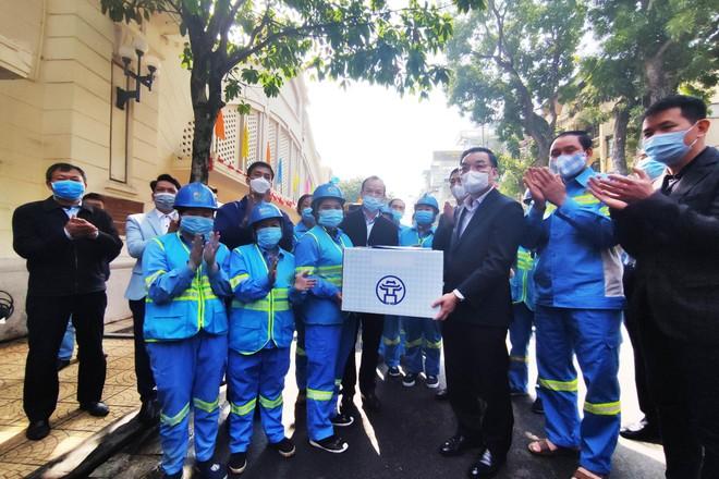Video: Chủ tịch UBND TP Hà Nội thăm hỏi, cảm ơn công nhân môi trường ứng trực dịp Tết ảnh 1