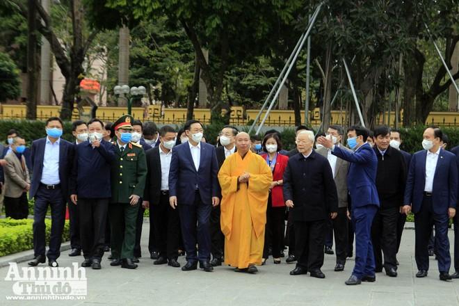 Tổng Bí thư, Chủ tịch nước Nguyễn Phú Trọng trồng cây đầu Xuân, tản bộ tại Hoàng Thành Thăng Long ảnh 2