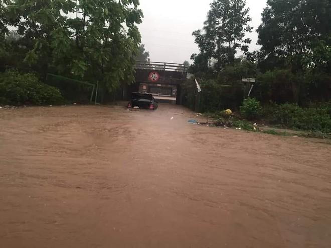 Hầm chui số 9 đại lộ Thăng Long ngập sâu do mưa lớn ảnh 1