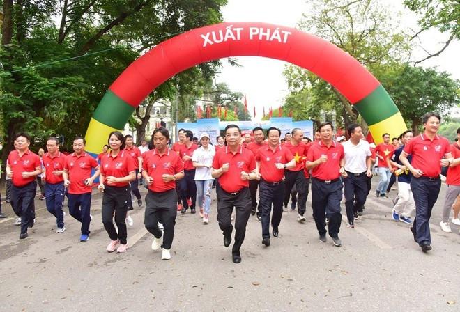 Chủ tịch Hà Nội chạy bộ quanh hồ Gươm hưởng ứng ngày Olympic vì sức khỏe toàn dân ảnh 1