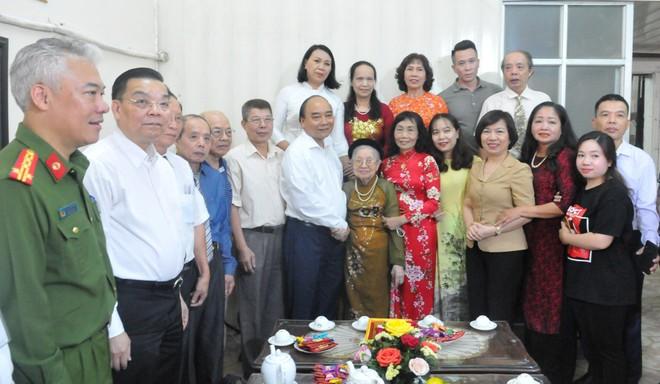 Chủ tịch nước Nguyễn Xuân Phúc thăm gia đình liệt sỹ, thương binh tại Hà Nội ảnh 1