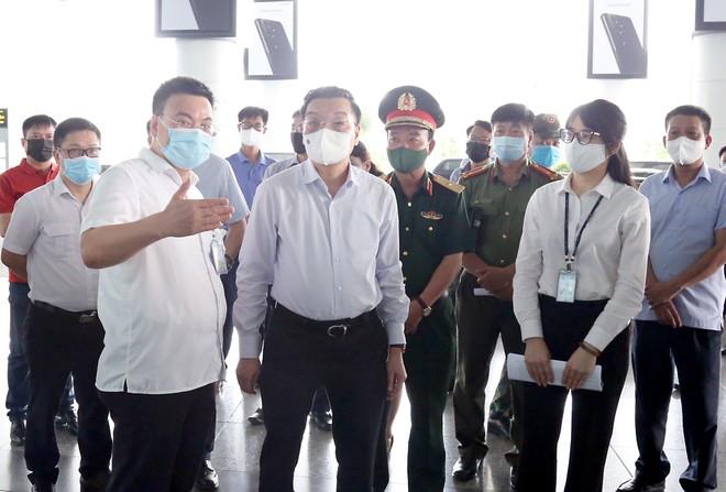 Kiểm tra sân bay, bến xe, Chủ tịch Hà Nội yêu cầu quyết liệt kiểm soát , ngăn chặn nguy cơ dịch bệnh ảnh 1