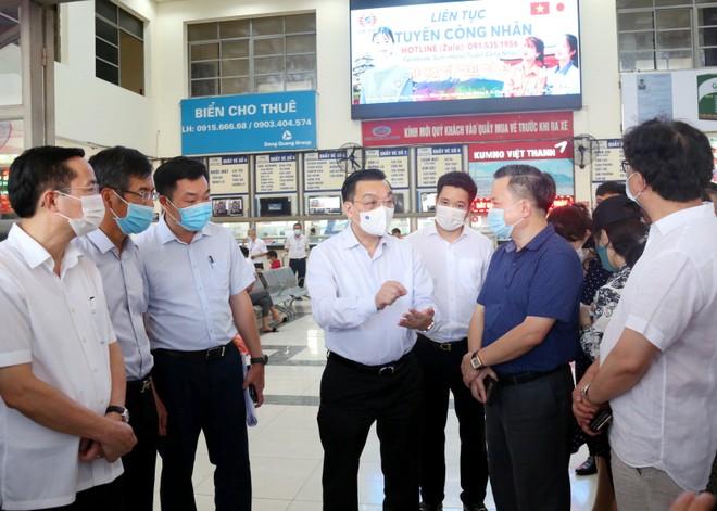 Kiểm tra sân bay, bến xe, Chủ tịch Hà Nội yêu cầu quyết liệt kiểm soát , ngăn chặn nguy cơ dịch bệnh ảnh 2