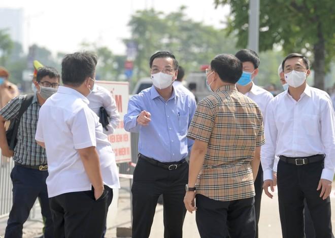 Chủ tịch Hà Nội yêu cầu kiểm tra thực hiện giãn cách ở tất cả các cơ quan, đơn vị ảnh 1