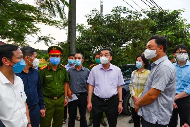Kiểm tra thôn cách ly ở Gia Lâm, Chủ tịch Hà Nội yêu cầu kiểm soát chặt, tận dụng tối đa 48 giờ vàng để dập dịch ảnh 1