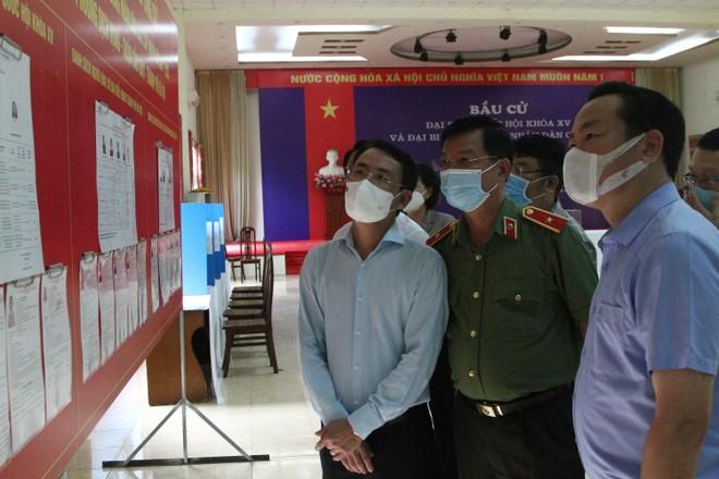Phó Chủ tịch Hà Nội kiểm tra phòng chống dịch, chuẩn bị bầu cử tại Cầu Giấy, Sóc Sơn ảnh 1