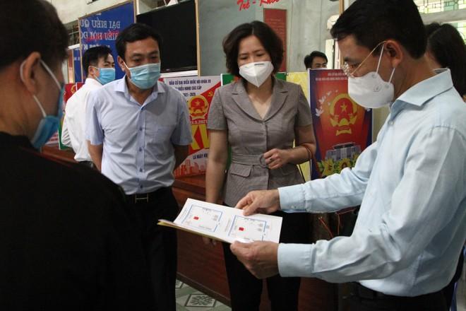 Phó Chủ tịch Hà Nội kiểm tra phòng chống dịch, chuẩn bị bầu cử tại Cầu Giấy, Sóc Sơn ảnh 2
