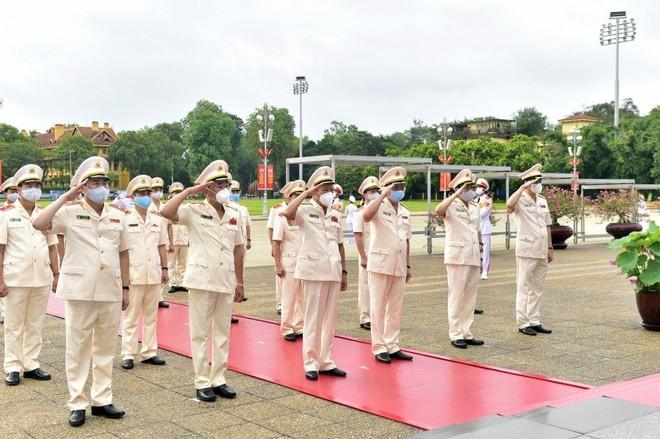 Lãnh đạo Đảng, Nhà nước, TP Hà Nội vào Lăng viếng Chủ tịch Hồ Chí Minh ảnh 3