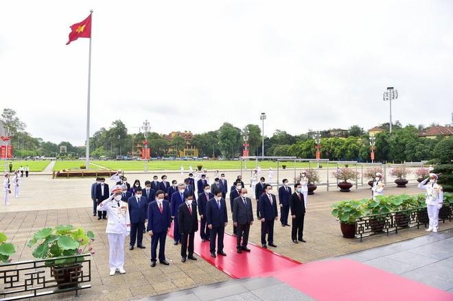 Lãnh đạo Đảng, Nhà nước, TP Hà Nội vào Lăng viếng Chủ tịch Hồ Chí Minh ảnh 1
