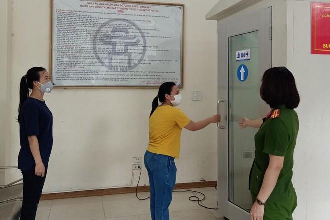 Cảnh sát PCCC Hà Nội trang bị máy khử khuẩn phòng Covid-19 để phục vụ nhân dân ảnh 2