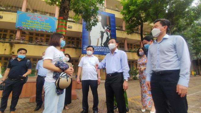 Chủ tịch UBND TP Hà Nội kiểm tra phòng dịch Covid-19 ở các điểm thi lớp 10 ảnh 1