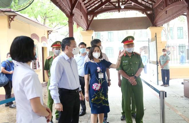 Chủ tịch UBND TP Hà Nội kiểm tra phòng dịch Covid-19 ở các điểm thi lớp 10 ảnh 2