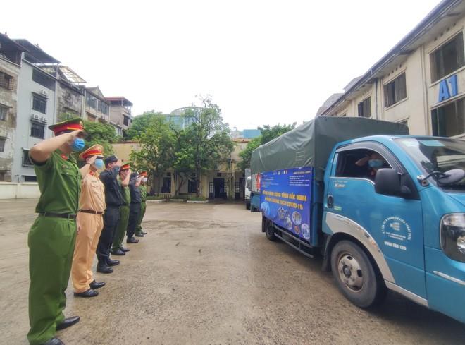 Thanh niên Công an Thủ đô đội mưa chuyển hàng tiếp sức tuyến đầu ở tâm dịch Bắc Ninh ảnh 1