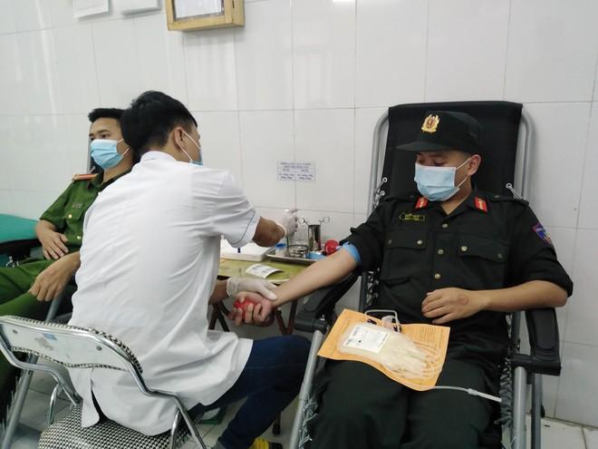 Thanh niên Công an Thủ đô hiến máu khẩn cấp giúp bệnh nhân khó khăn qua cơn nguy kịch ảnh 1