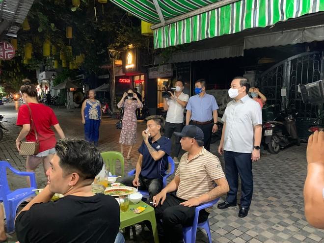Sau 23h, nhà hàng vẫn bán lẩu giữa phố, Phó Chủ tịch Hà Nội phê bình cơ sở, yêu cầu xử lý nghiêm ảnh 1
