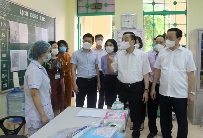 Chủ tịch UBND TP Hà Nội kiểm tra công tác phòng dịch ở điểm thi ảnh 1