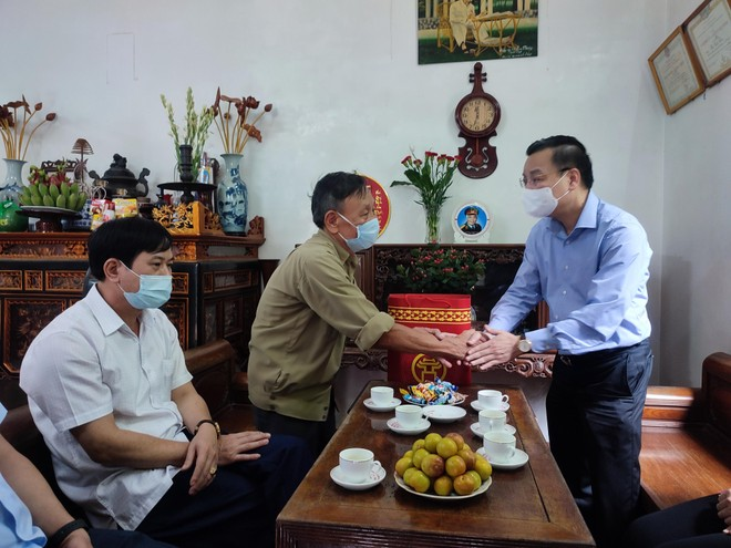 Chủ tịch UBND TP Hà Nội thăm hỏi gia đình chính sách tiêu biểu ở Đan Phượng ảnh 2