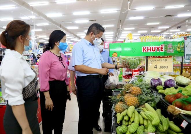 Phó Chủ tịch Hà Nội động viên bà con tiểu thương ngoại thành ảnh 2