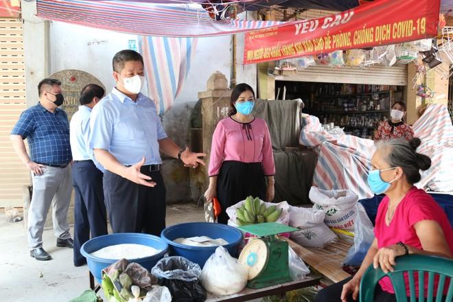 Phó Chủ tịch Hà Nội động viên bà con tiểu thương ngoại thành ảnh 1