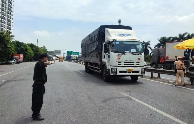 Phát hiện nhiều trường hợp từ tỉnh khác về nhưng có giấy mời tiêm ở Hà Nội để qua chốt cửa ngõ ảnh 1