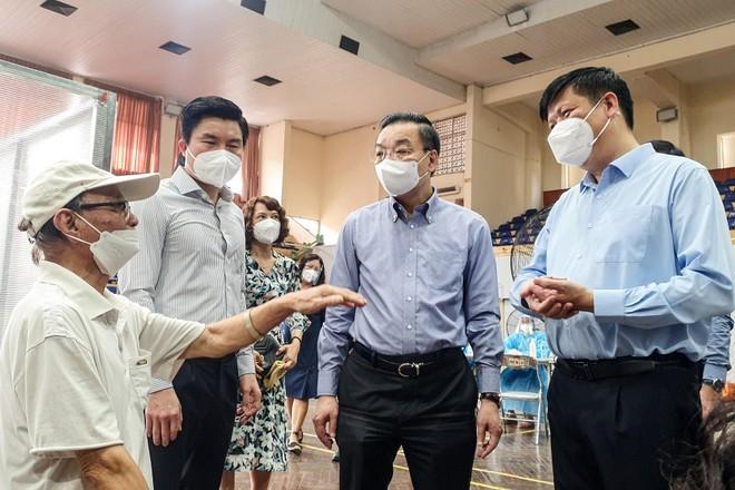 Chủ tịch Hà Nội, Bộ trưởng Y tế thăm hỏi người dân Thủ đô ở điểm tiêm vaccine ảnh 1