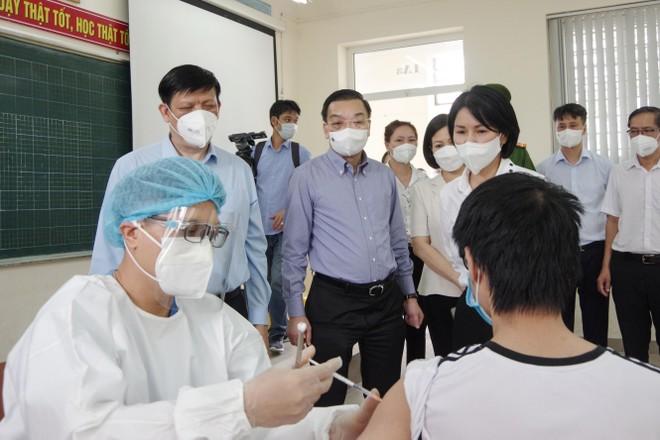 Chủ tịch Hà Nội, Bộ trưởng Y tế thăm hỏi người dân Thủ đô ở điểm tiêm vaccine ảnh 2