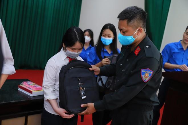Trung đoàn Cảnh sát cơ động chung tay hỗ trợ học sinh khó khăn trong đại dịch ảnh 1