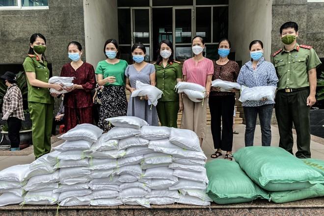 Công an quận Long Biên tặng người dân khó khăn 8 tấn gạo và nhiều thực phẩm thiết yếu ảnh 1
