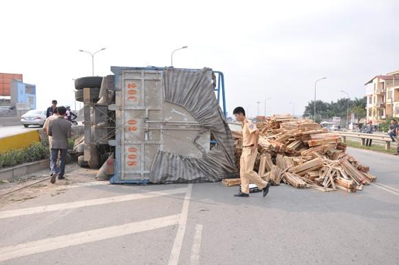 Lật xe tải chở gỗ trên đường Bắc Thăng Long ảnh 1