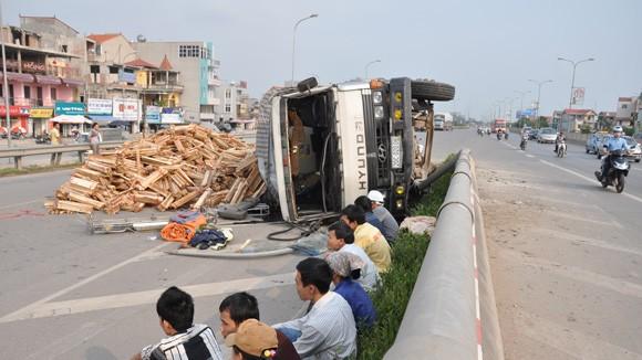 Lật xe tải chở gỗ trên đường Bắc Thăng Long ảnh 2