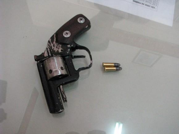 Bắt tên trộm giắt súng colt trong người ảnh 2