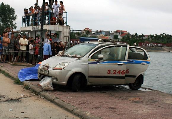 """Đi câu cá """"trúng"""" xe ô tô taxi trong có một xác chết ảnh 3"""