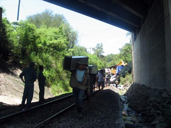 Lùi xe xuống vực, xe tải chắn ngang đường sắt Bắc – Nam nhiều giờ ảnh 3