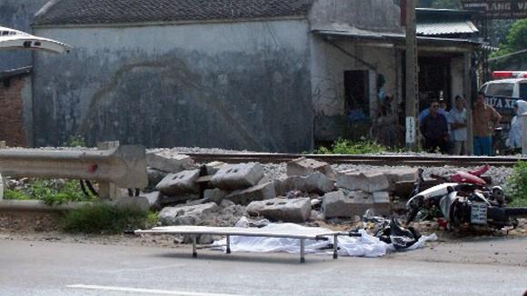 Vượt xe máy qua đường sắt bị tàu đâm chết thảm ảnh 1