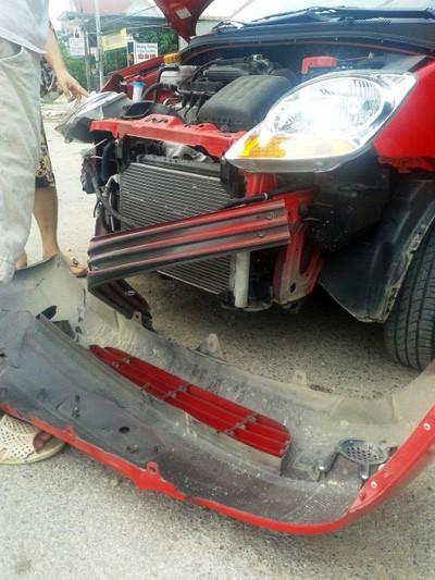Xe ô tô đối đầu, nổ lốp, 10 hành khách may mắn thoát nạn ảnh 2