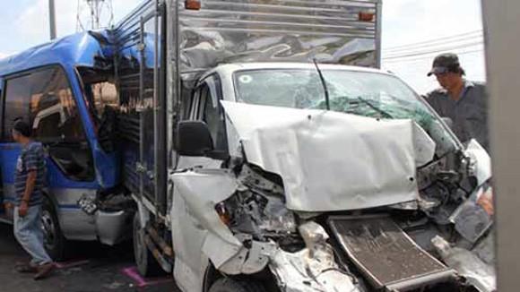 Tai nạn liên hoàn, nhiều ô tô bị hư hỏng nặng ảnh 1