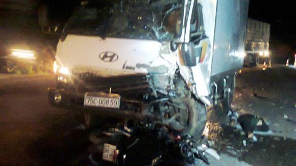 Xe máy chui xuống gầm ô tô, 3 người chết tại chỗ ảnh 1