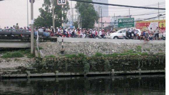 Thanh niên tự tử trên kênh Tàu Hủ, giao thông kẹt cứng ảnh 1